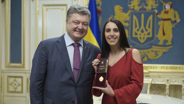 Президент Украины Петр Порошенко и певица Джамала во время вручения госнаграды в Киеве. Архивное фото