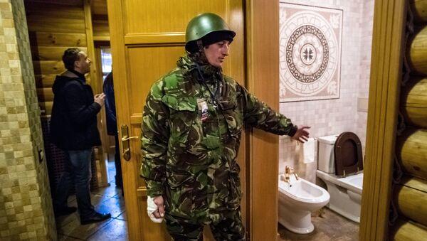 Мародеры на территории оставленной резиденции президента Украины Виктора Януковича Межигорье под Киевом