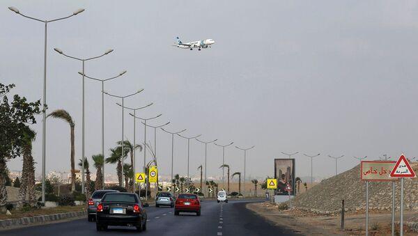 Самолет авиакомпании EgyptAir готовится совершить посадку в аэропорту Каира, Египет