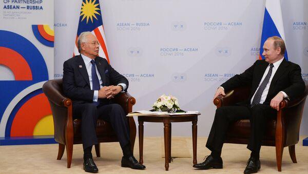 Президент Российской Федерации Владимир Путин и премьер-министр Малайзии Наджиб Тун Разак во время двусторонней встречи в конгресс-центре гостиницы Рэдиссон Блю Курорт в Сочи