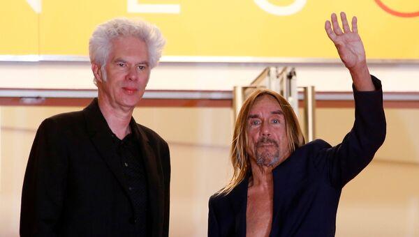 Режиссер Джим Джармуш и певец Игги Поп позируют на красной ковровой дорожке в Канне