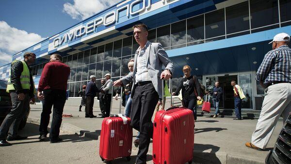 Туристы, прибывшие на отдых в Крым, выходят из здания международного аэропорта Симферополь