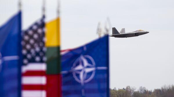 Истребитель ВВС США F-22 Raptor на авиабазе Зокняй, Литва, архивное фото