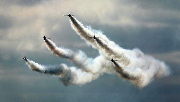Выступление пилотажной группы Red Arrows на международном авиакосмическом салоне Фарнборо