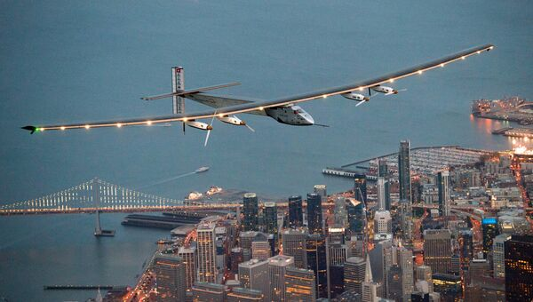 Самолет Solar Impulse 2 в полете над Сан-Франциско, США. Архивное фото