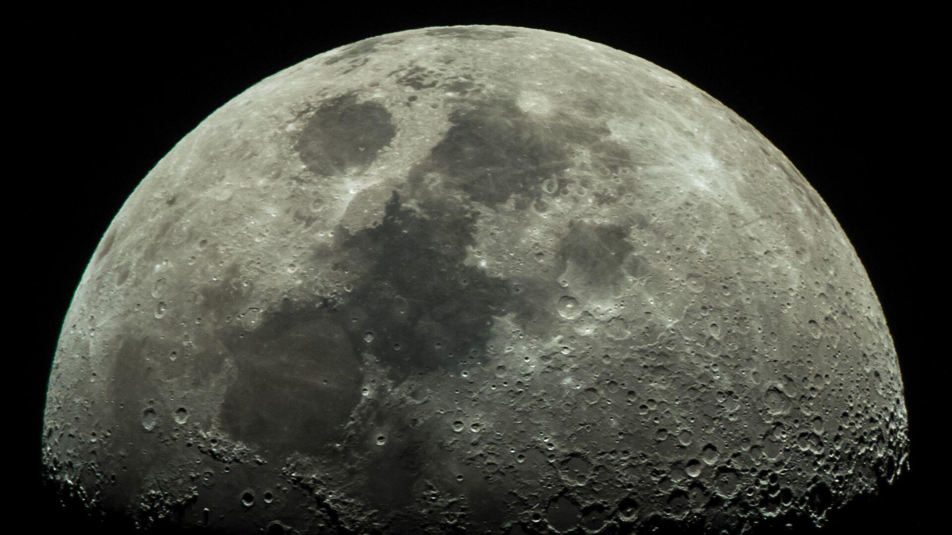 Луна, наблюдаемая из города Адлер - РИА Новости, 1920, 27.10.2020