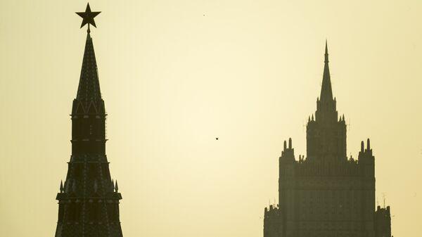 Водовзводная башня Московского Кремля и высотное здание министерства иностранных дел РФ