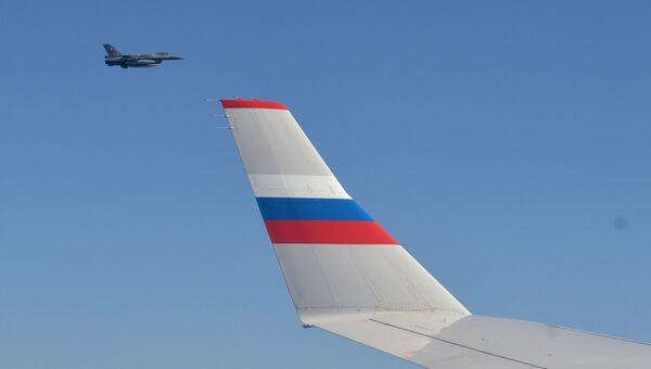 Истребитель F-16 сопровождает самолет президента России Владимира Путина. Архивное фото