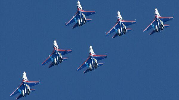 Показательное выступление многоцелевых истребителей Су-27 пилотажной группы Русские Витязи. Архивное фото