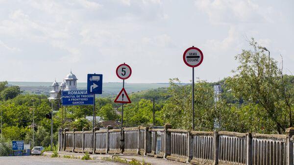 Дорожные указатели на молдавско-румынской границе. Архивное фото