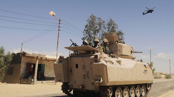Египетские войска осуществляют патрулирование местности на севере Синайского полуострова. Архивное фото