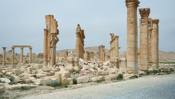 Разрушенная Триумфальная арка в исторической части Пальмиры