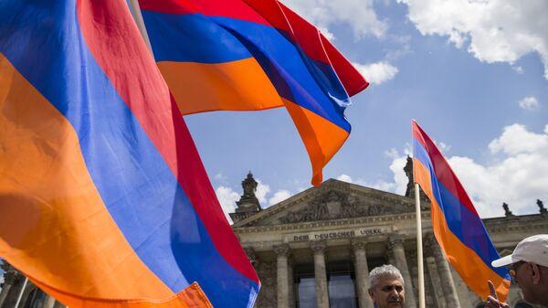 Демонстранты с флагами Армении. Архивное фото
