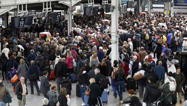 Пассажиры на Лионском вокзале во время забастовки железнодорожников во Франции. 2 июня 2016