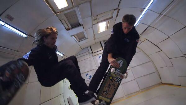 Скейтбордисты выполняют трюки в невесомости