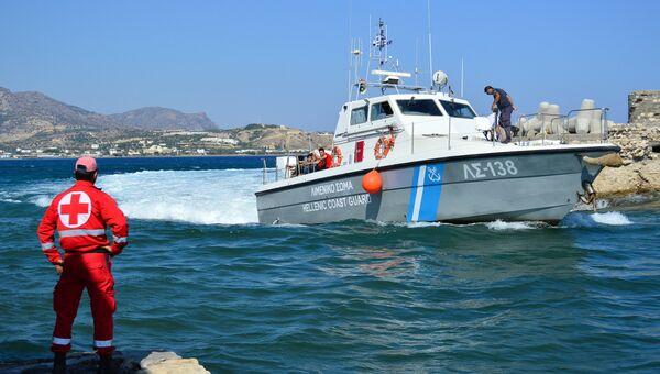Катер береговой охраны с мигрантами на борту у острова Крит, Греция. Архивное фото