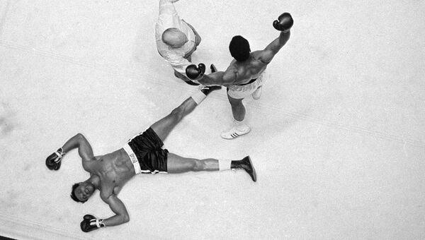 Боксер Мохаммед Али одерживает победу на Кливлендом Уильямсом. 11 ноября 1966