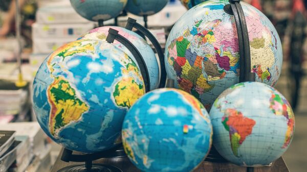 Глобусы в книжном магазине