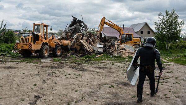 Сотрудник правоохранительных органов в поселке Плеханово в Тульской области, где происходит снос незаконно установленных построек. Архивное фото