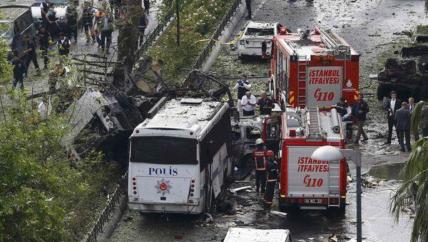 Пожарные на месте взрыва в центре Стамбула. 7 июня 2016
