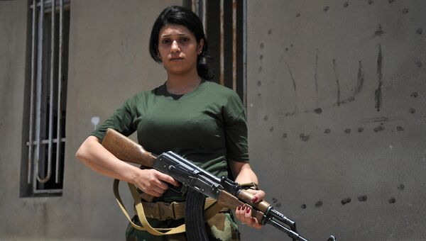 Одна из курдских женщин-волонтеров из отряда Хези-Агри (Сила огня), воюющие против ИГ