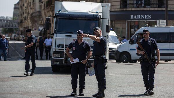 Сотрудники правоохранительных органов на улицах Парижа. Архивное фото