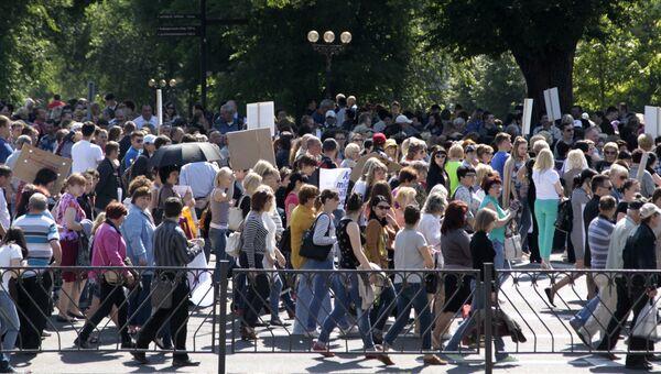 Участники митинга протеста в Донецке против ввода в Донбасс вооруженной миссии ОБСЕ