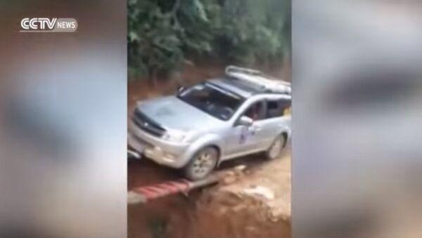 Китайский ас преодолел яму при помощи узких досок