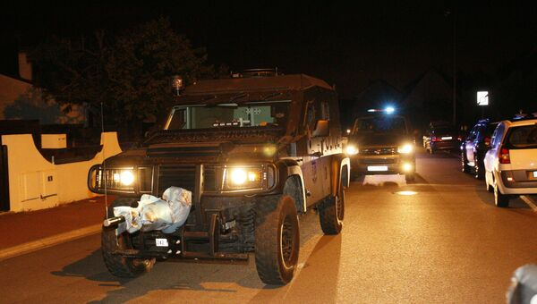 Полиция выехала на место инцидента с захватом заложников в пригороде Парижа
