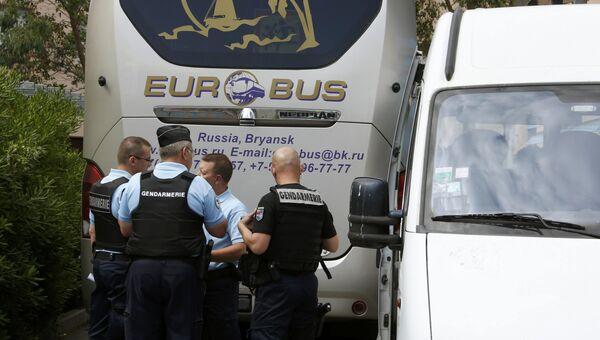 Сотрудники правоохранительных органов Франции возле автобуса с российскими футбольными болельщиками в Лилле