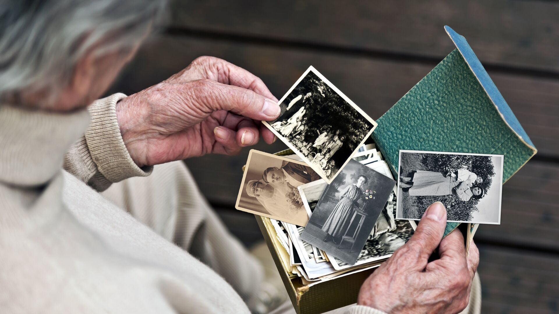 Пожилой человек рассматривает фотографии - РИА Новости, 1920, 11.06.2021