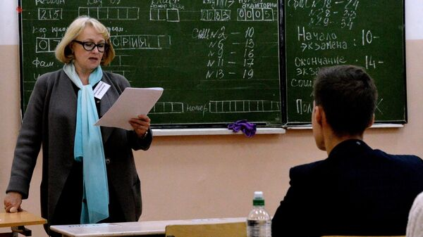 Преподаватель разъясняет ученикам правила сдачи экзамена перед началом единого государственного экзамена по истории. Архивное фото
