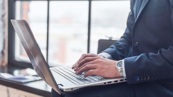 Мужчина работает за компютером. Архивное фото