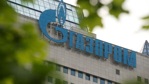 Вывеска на офисном здании компании Газпром