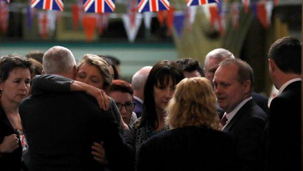 Коллеги и и друзья на прощении  с Джо Кокс в церкви Бирсталля близ Лидса