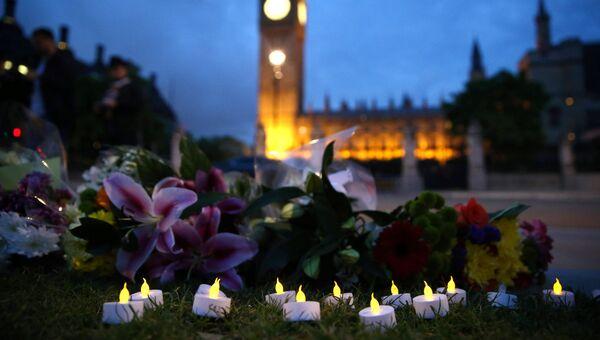 Цветы в память о погибшем депутате Джо Кокс на площади Парламента в Лондоне