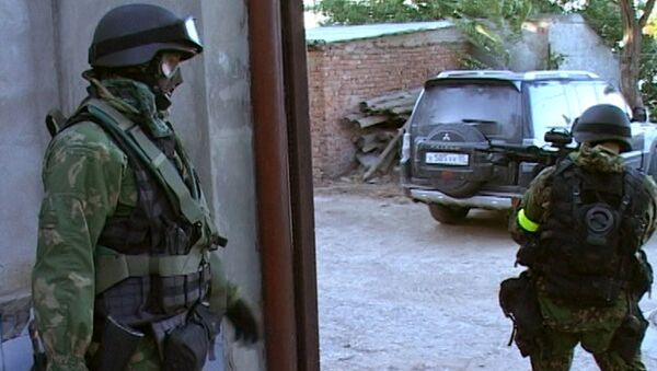 Сотрудники правоохранительных органов во время спецоперации в Дагестане. Архивное фото