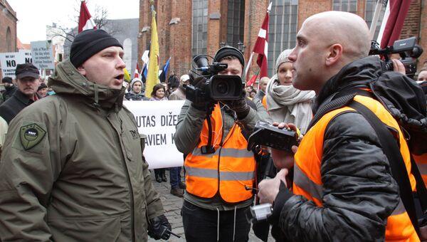 Британский журналист Грэм Филлипс участвует в съемках во время шествия латышского легиона Ваффен СС в Риге, Латвия. Архивное фото