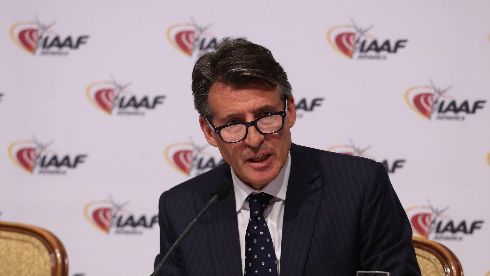 Президент Международной ассоциации легкоатлетических федераций (IAAF) Себастьян Коу на пресс конференции по итогам заседания Совета IAAF на котором было принято решение отстранить российских легкоатлетов от участия в Летних олимпийских играх 2016 в Рио-де-Жанейро - РИА Новости, 1920, 28.07.2021