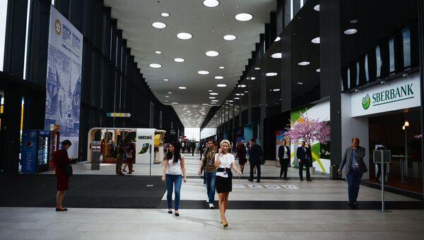 Участники XX Петербургского международного экономического форума на территории Экспофорума. Архивное фото