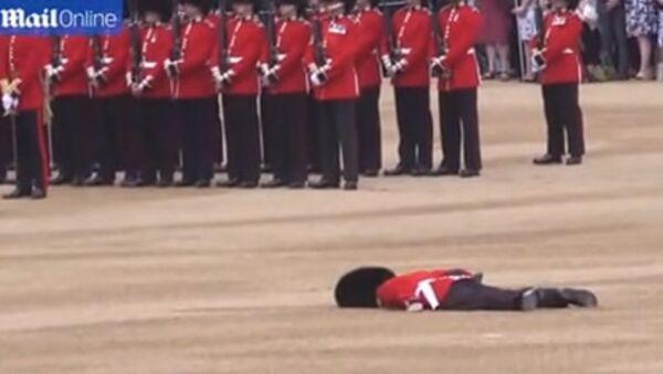 Гвардеец упал в обморок во время юбилея Елизаветы II