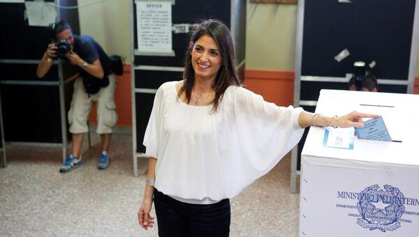 Представительница оппозиционного Движения 5 звезд Вирджиния Раджи голосует на выборах мэра Рима. 19 июня 2016