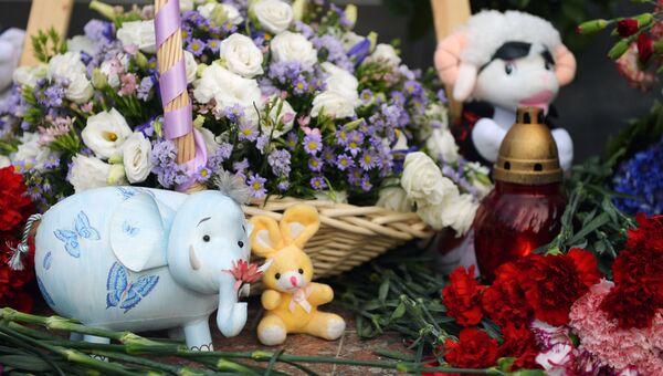 Цветы и игрушки в память о погибших детях. Архивное фото