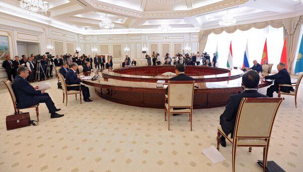Президент РФ Владимир Путин во время заседания в Ташкенте Совета глав государств-членов Шанхайской организации сотрудничества, приуроченного к 15-летию создания ШОС