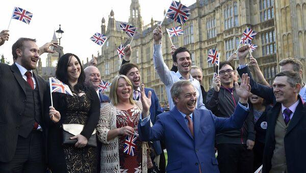 Найджел Фараж со сторонниками после объявления результатов референдума в Британии