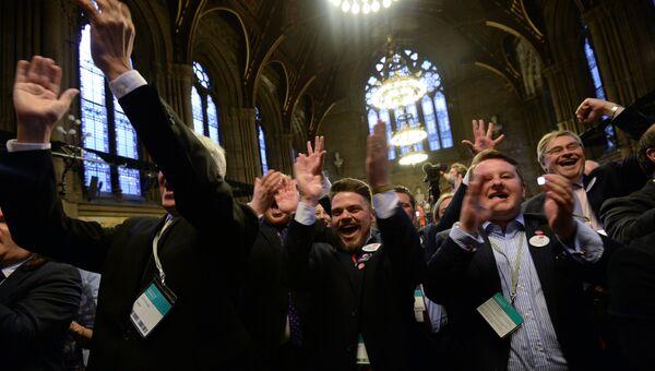 Члены Партии независимости Соединённого Королевства (UKIP) после объявления результатов голосов референдума по сохранению членства Великобритании в Европейском Союзе в Манчестере