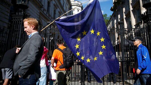 Мужчина с флагом ЕС на улице в Лондоне. Архивное фото