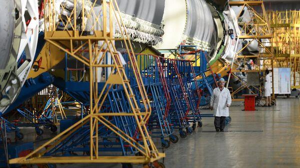 В цехе сборки ракет-носителей Протон в космическом научно-производственном центре имени М.В. Хруничева