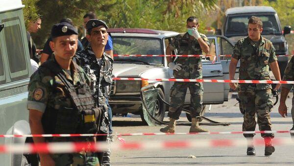 Ливанские солдаты и полицейские на месте взрыва смертников в деревне Каа, Ливан. 27 июня 2016