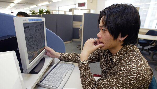 Офисный работник в Токио. Архивное фото